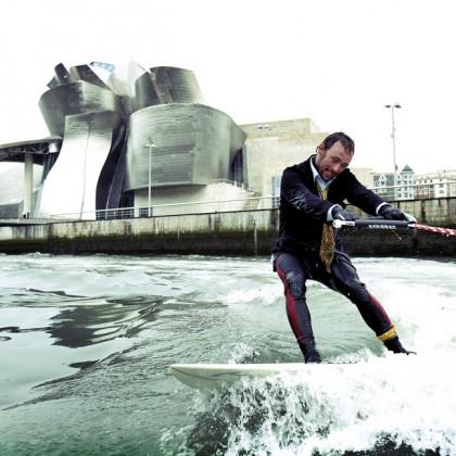 Kepa Acero surfeando la ria